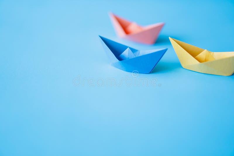 Pastelowego koloru papieru łódź na czystym tle z kopii przestrzenią zdjęcie royalty free