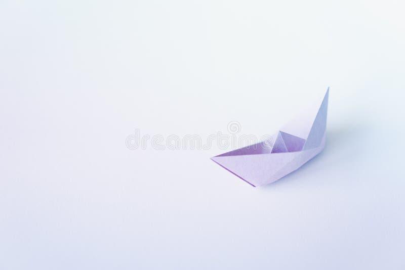 Pastelowego koloru papieru łódź na czystym tle z kopii przestrzenią fotografia royalty free