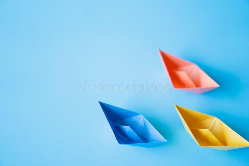 Pastelowego koloru papieru łódź na czystym tle z kopii przestrzenią obraz stock