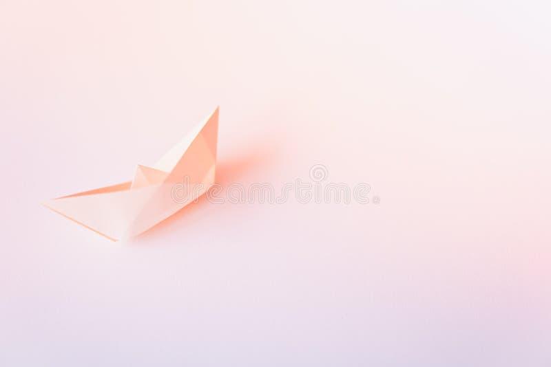 Pastelowego koloru papieru łódź na czystym tle z kopii przestrzenią zdjęcie stock