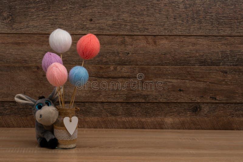Pastelowego koloru wełny piłek i kamieniarza słoju centerpiece obraz stock