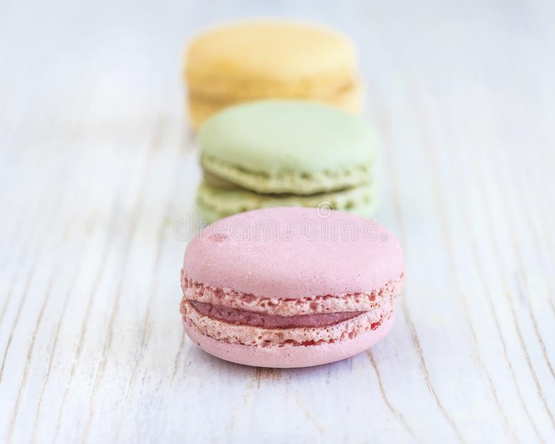 Pastelowi barwioni francuscy macaroons zamkni?ci w g zdjęcie stock