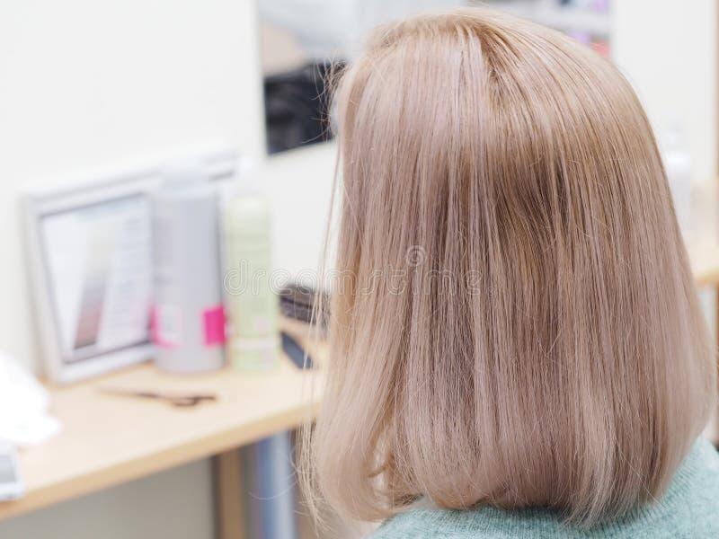 Pastelowy tonowanie długie włosy Długa blondynka farbujący włosy zdjęcia royalty free