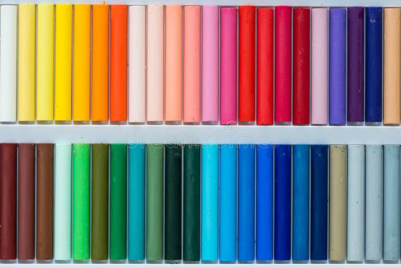 Pastels colorés d'huile dans une boîte photographie stock