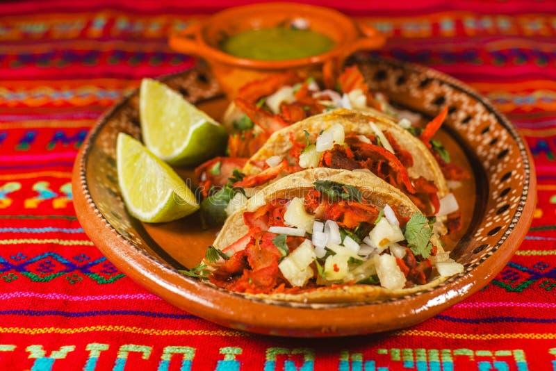 Pasteur d'Al de Tacos et nourriture épicée mexicaine de citrons à Mexico photos stock
