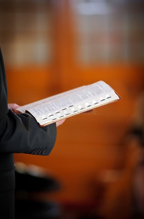 Pasteur retenant la bible image stock