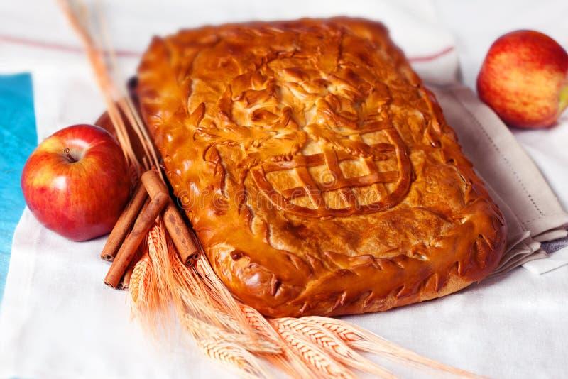Pasticceria della torta con la mela e la cannella in una natura morta immagine stock libera da diritti