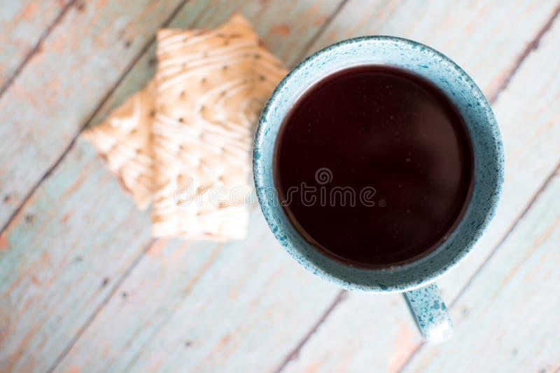 Pasticceria dello strudel del lampone della frutta sul fondo di legno dell'alzavola con una tazza dell'alzavola del tè del lampon fotografia stock