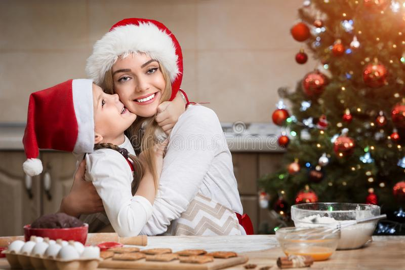 Pasticceria di Natale di cottura della bambina e della madre I bambini cuociono il pan di zenzero fotografia stock libera da diritti