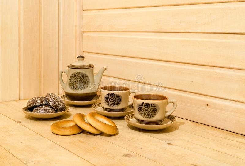 Pasticceria e tè messo su fondo di legno fotografia stock
