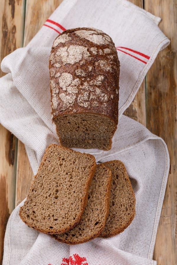 Pasticcerie casalinghe, pane fresco fragrante su una tavola di legno fotografia stock libera da diritti