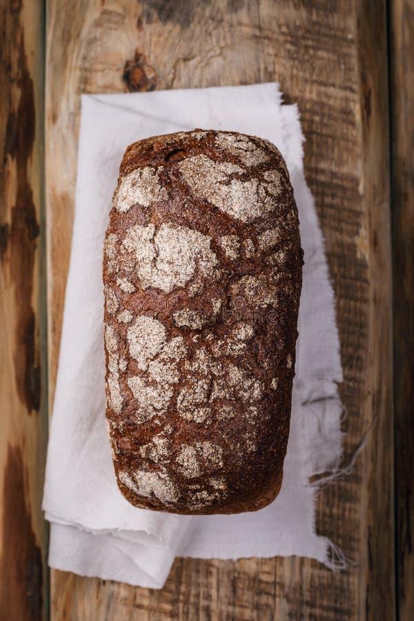 Pasticcerie casalinghe, pane fresco fragrante su una tavola di legno immagini stock libere da diritti