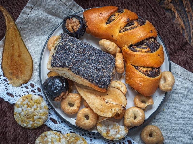 Pasticcerie del papavero, biscotti e frutta, chip del cereale per il dessert, pranzo saporito, primo piano sparato dall'angolo su fotografia stock