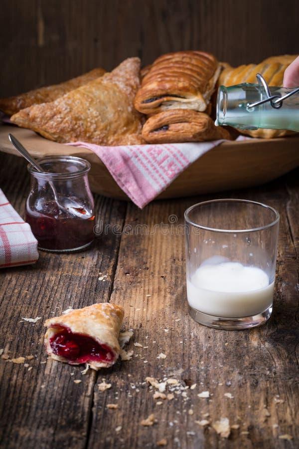 Download Pasticcerie Della Prima Colazione Con Inceppamento E Latte Immagine Stock - Immagine di alimento, cuocia: 56885071