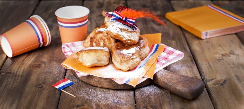 Pasticcerie dolci olandesi tradizionali Giorno di festa del re decorazione Cose arancio per la festa netherlands Utensili di cart fotografia stock libera da diritti