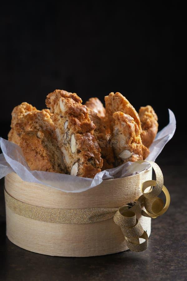 Pasticcerie tradizionali di Natale, biscotti casalinghi italiani di biscotti o cantuccini, con i dadi delle mandorle fotografia stock libera da diritti