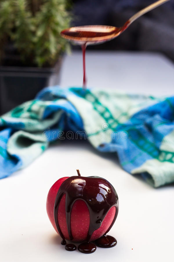 Pastille de chocolat sur le fruit rouge de pomme photos stock