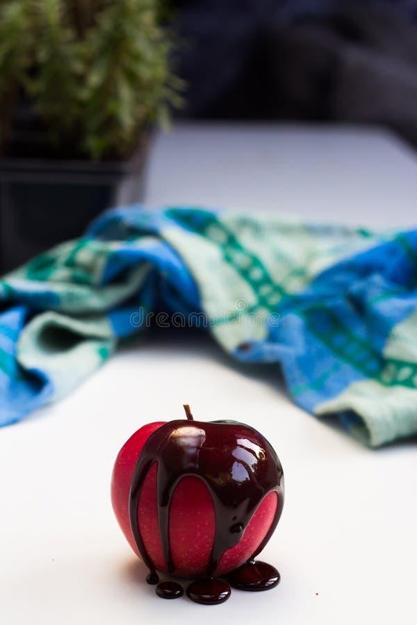 Pastille de chocolat sur le fruit rouge de pomme photographie stock