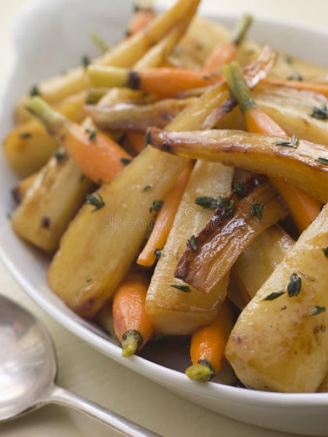 Pastinake und Schätzchen-Karotten brieten im Thymian stockfotografie