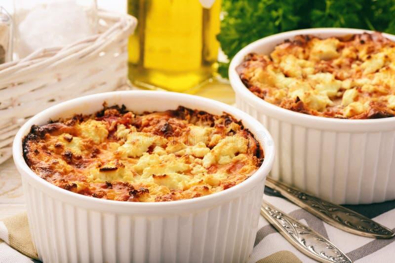 Pastitsio - griechische Kasserolle mit Teigwaren, Fleisch, Tomaten und Feta lizenzfreie stockbilder