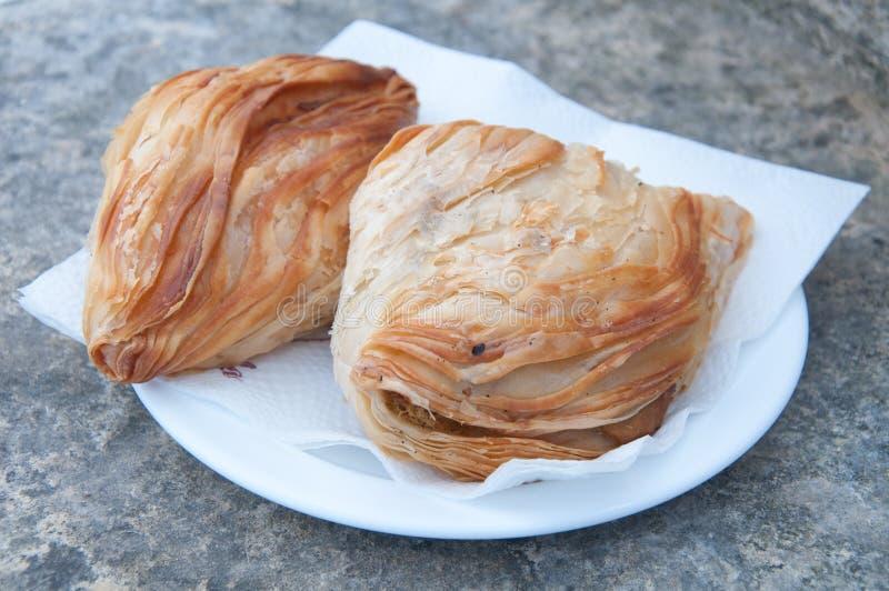 Pastizzi, comida típica de la calle maltesa con ricotta y guisantes imagen de archivo