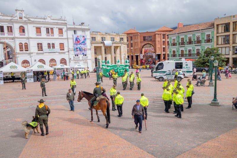 PASTO, COLOMBIA - 3 DE JULIO DE 2016: algún policía que se coloca en el cuadrado central de la ciudad fotografía de archivo libre de regalías