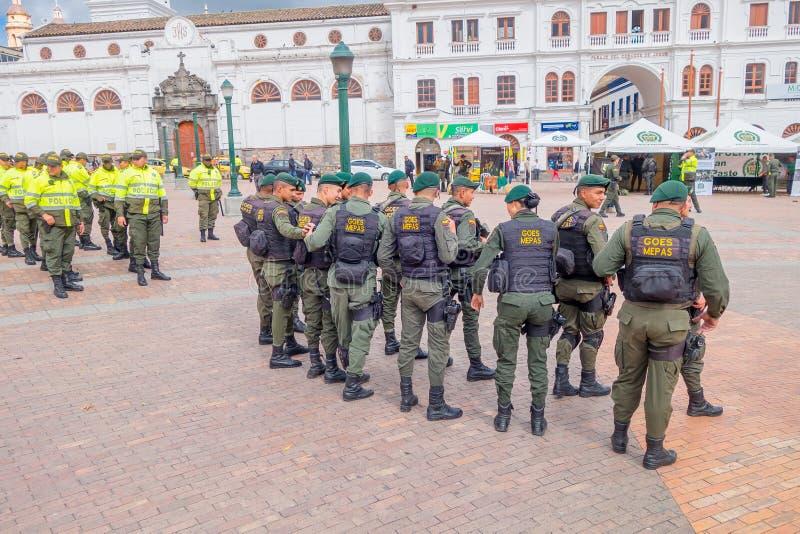 PASTO, COLOMBIE - 3 JUILLET 2016 : maintenez l'ordre les gilets de sauvetage de port de peloton se tenant sur la place centrale d image libre de droits