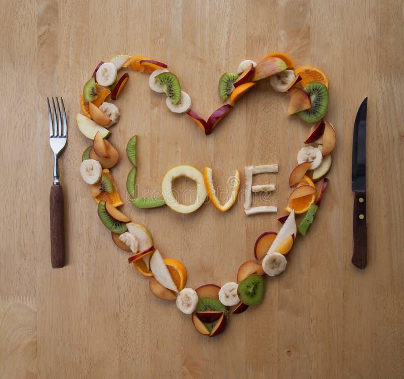 Pasto del giorno del biglietto di S. Valentino! Cuore al gusto di frutta! Dessert fresco! 5-A-Day! fotografie stock libere da diritti