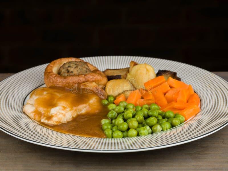 Pasto del pollo arrosto con il budino ed il riempimento di Yorkshire fotografia stock libera da diritti
