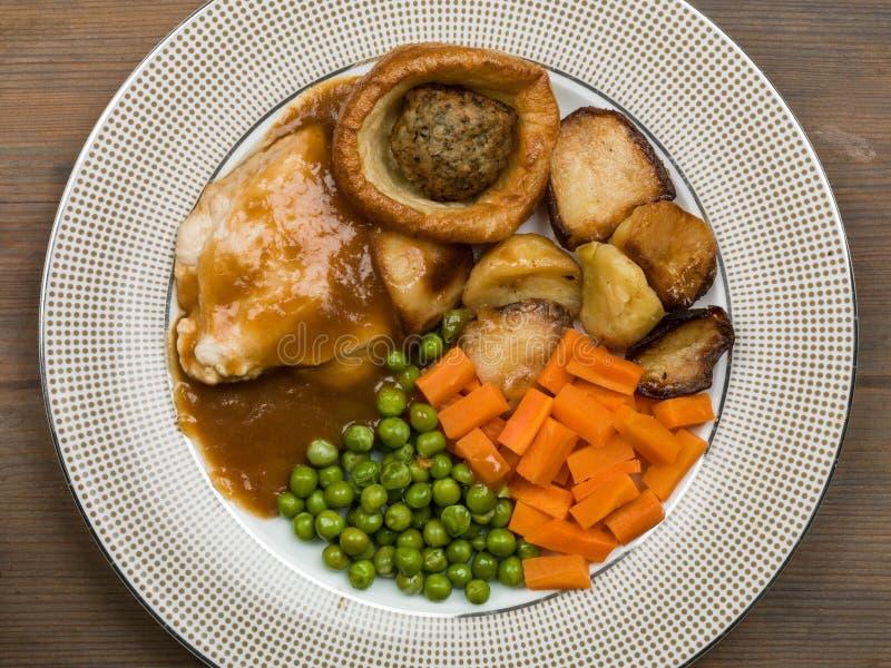 Pasto del pollo arrosto con il budino ed il riempimento di Yorkshire immagine stock libera da diritti