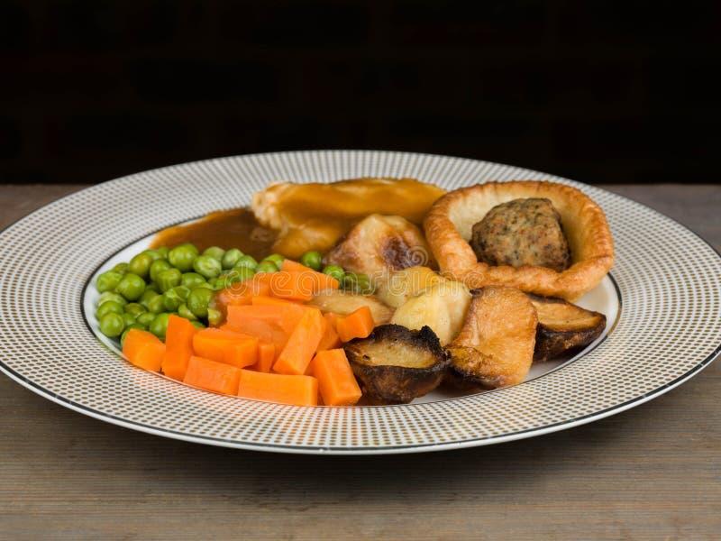 Pasto del pollo arrosto con il budino ed il riempimento di Yorkshire immagini stock libere da diritti
