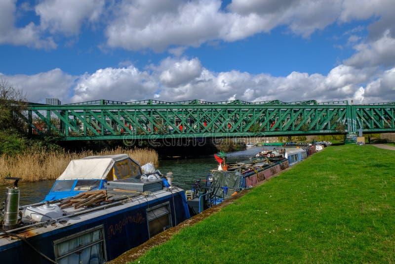Pasto del río, arco con los barcos y puente imagen de archivo libre de regalías