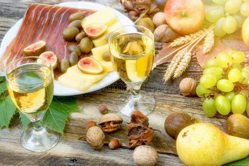 Pasto delizioso & x28; Meal& Mediterraneo x29; con il prosciutto di Parma, il formaggio, la frutta ed il vino bianco immagine stock libera da diritti
