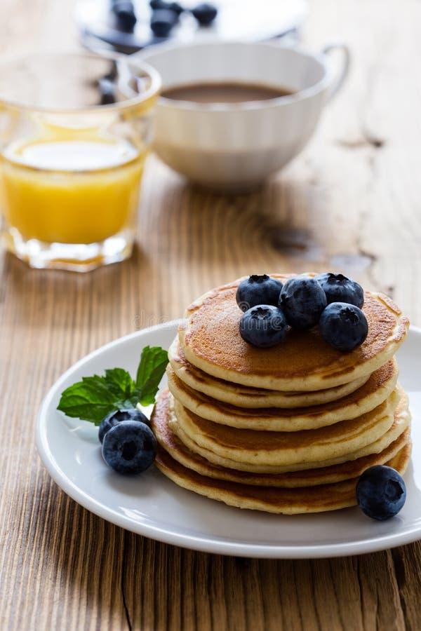 Pasto di mattina, pancake casalinghi, bacche fresche di estate immagine stock libera da diritti