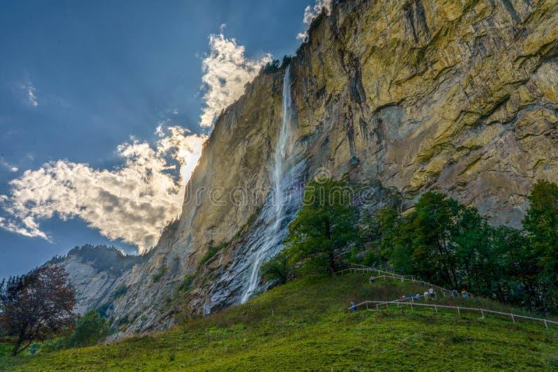 Pasto dramático do céu da cachoeira de Lauterbrunnen fotos de stock royalty free