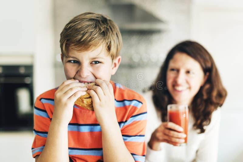 Pasto Juice Bread Boy Starving Concept del bambino del bambino del genitore immagine stock libera da diritti