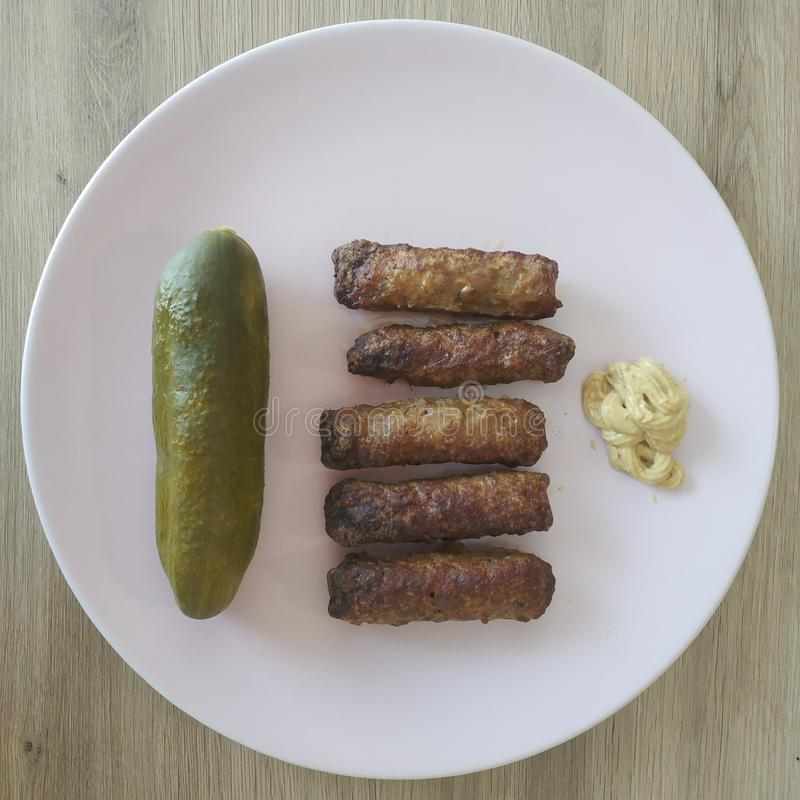 Pasto Ketogenic, cevapcici con i sottaceti e senape Alimento del cheto per perdita di peso immagine stock libera da diritti