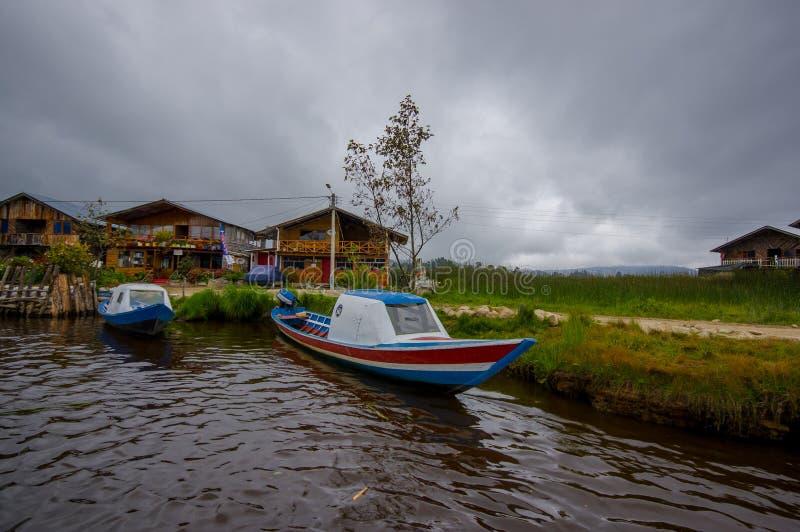 PASTO, KOLUMBIEN - 3. JULI 2016: einige colorfull Boote parkten am Ufer von La cocha See stockfotos