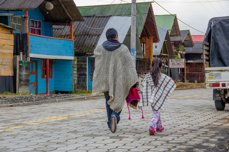 PASTO, KOLUMBIEN - 3. JULI 2016: Ureinwohner mit traditioneller Kleidung gehend in die Straße in La cocha See lizenzfreies stockfoto