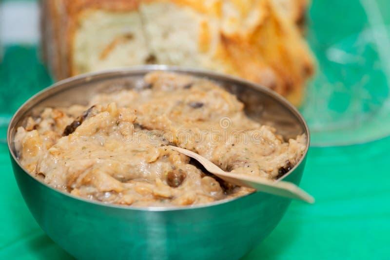Pasto polacco tradizionale, stufato del cavolo, in ciotola di acciaio inossidabile ad una tavola del partito immagini stock libere da diritti