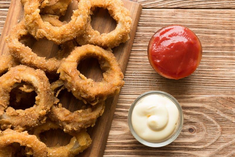 Pasto rapido tradizionale - anelli di cipolla con birra immagine stock libera da diritti