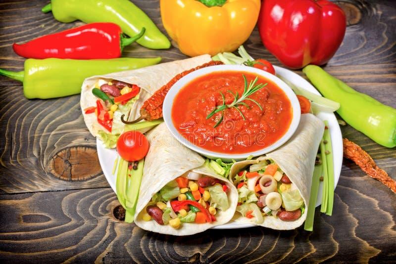 Pasto sano (alimento), alimento vegetariano - l'insalata messicana in tortiglia e la zuppa di verdure fredda sauce immagini stock