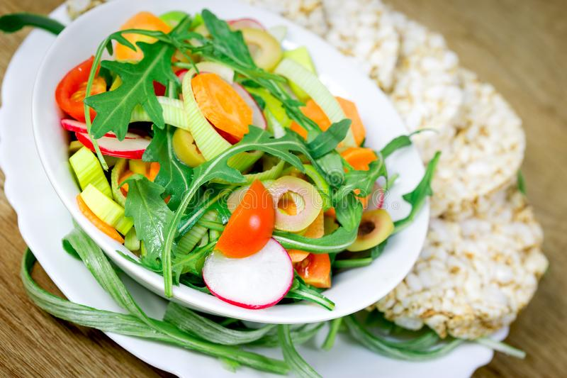 Pasto vegetariano sano, insalata di verdure appena preparato fotografia stock libera da diritti
