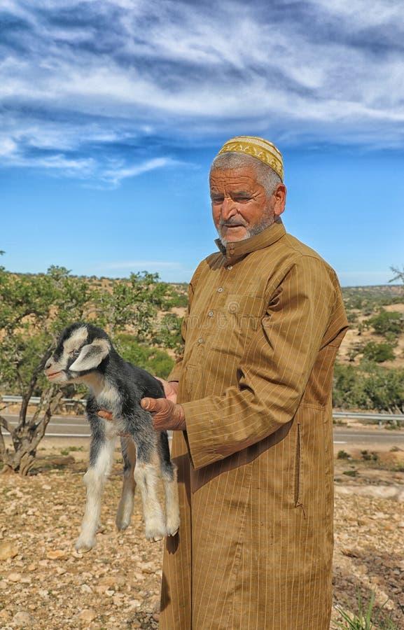 Pastor de cabras del pueblo del Berber en Marruecos meridional foto de archivo libre de regalías