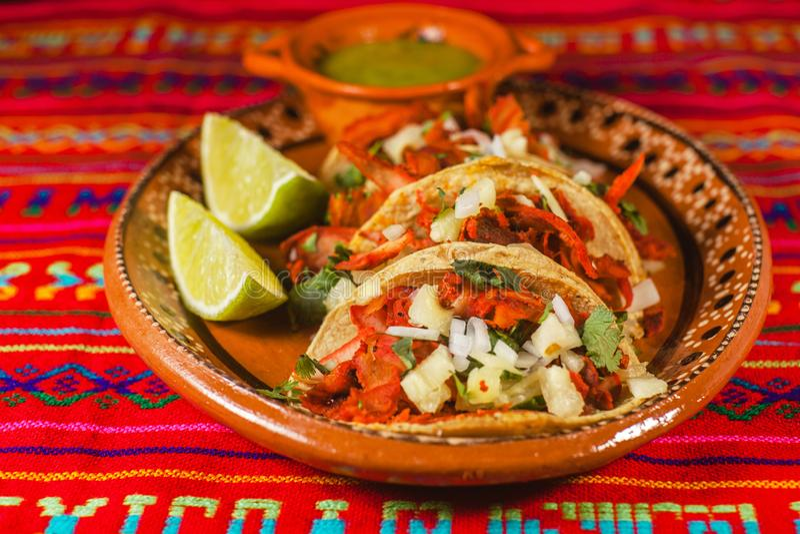 Pastor del al de los tacos y comida picante mexicana de los limones en Ciudad de México fotos de archivo
