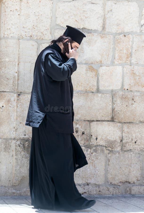 Pastor rozmowy na jego telefonie komórkowym w starym mieście Jerozolima i stojaki, Izrael zdjęcie royalty free