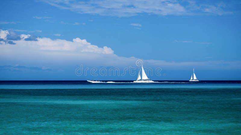 Pastoralny krajobraz denna powierzchnia z żaglówkami i łodziami w republice dominikańskiej obrazy stock
