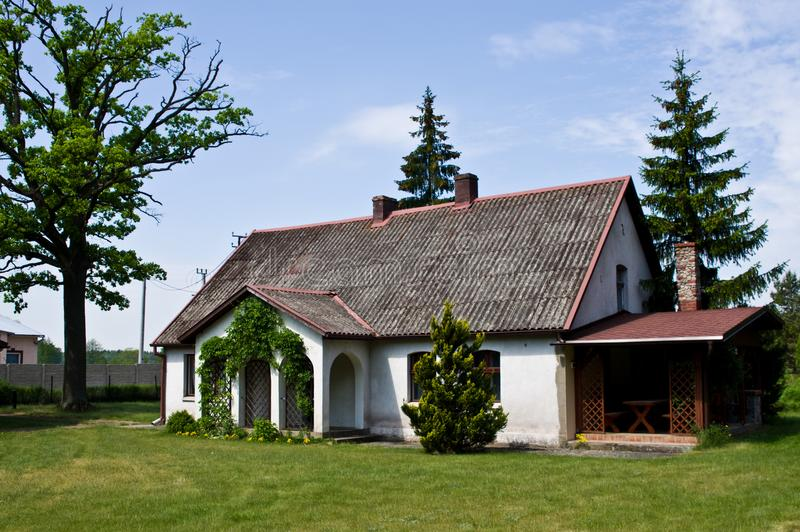 Pastoralny wiejski dom w północnym Polska zdjęcia stock