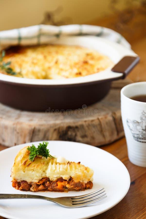 Pastore o torta tradizionale del cottage con tè fotografia stock
