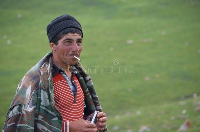 Pastores perto de Xinaliq, Azerbaijão, uma aldeia da montanha remota na escala maior de Cáucaso fotos de stock